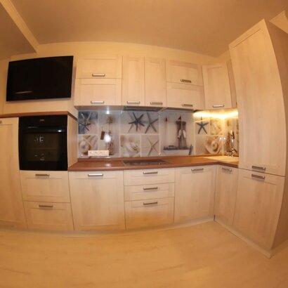 Угловая светлая кухня в современном стиле