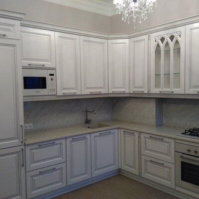 Матовая угловая кухня в классическом стиле