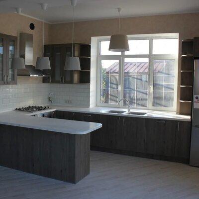 Белая кухня в загородном доме