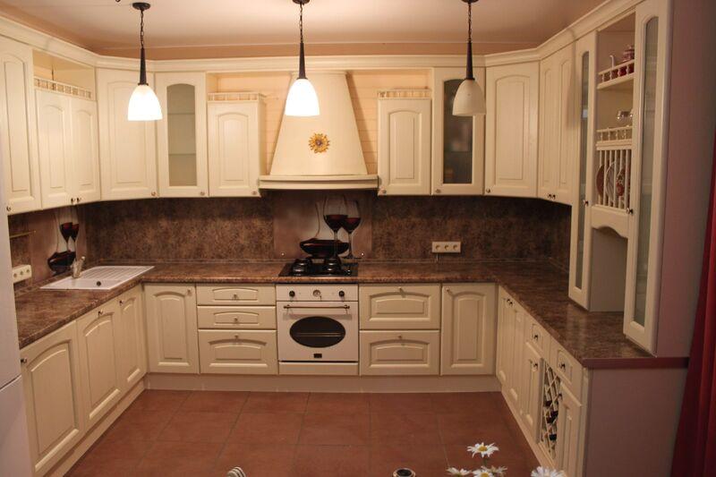 Большая угловая Кухня в классическом стиле