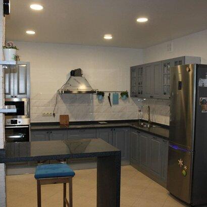 Угловая кухня в современном стиле с барной стойкой